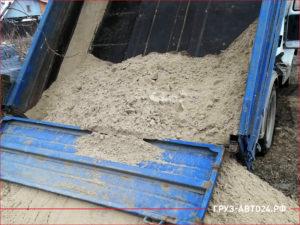 Синий кузов самосвала с песком