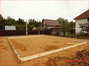 Строительство фундамента дома засыпан песком