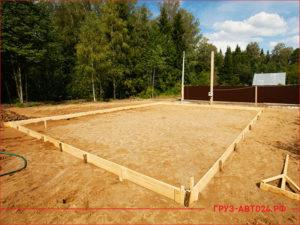 Площадка с песком под строительство фундамента дома