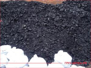 Куча угля для отопления дома