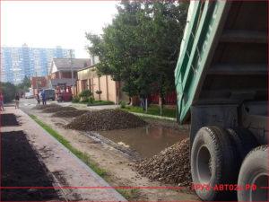 КАМАЗ привез щебень для строительства дороги