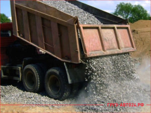 КАМАЗ разгружает ПГС на строительном объекте
