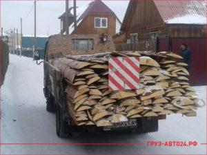 Маленький грузовик везет горбыль