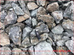 Зажигалка лежит на скальном грунте