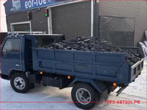 Синий грузовик с углем до 3 тонны