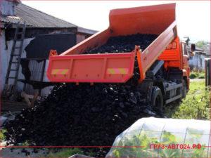 КАМАЗ разгружает уголь в огороде