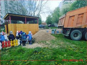 КАМАЗ разгрузил песок в детском саду для песочницы