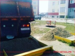 КАМАЗ привез песок для песочницы во дворе многоэтажки
