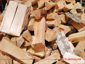 Навалены колотые березовые дрова в кучу