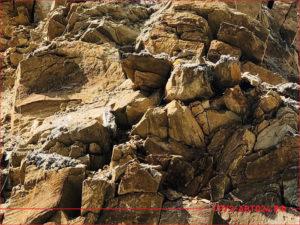 Скала из желтого скальника