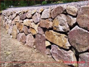 Стена подпорная из красного скальника