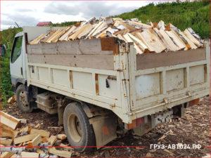 Кузов грузовика полон дровами