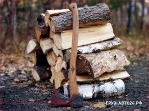 Колотые дрова с топором
