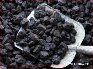 Крупный бурый уголь на лопате