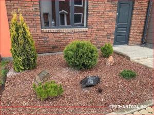 Декорирование сада возле дома красными камнями