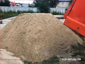 Кузов КАМАЗа и куча песка