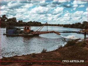 Процесс добычи намывного песка из реки
